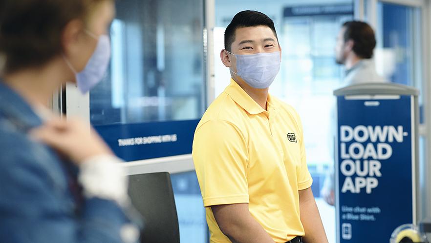 YellowShirt_Customer_Pasadena_FY19_GreetingCustomers_0378_PPE.ps